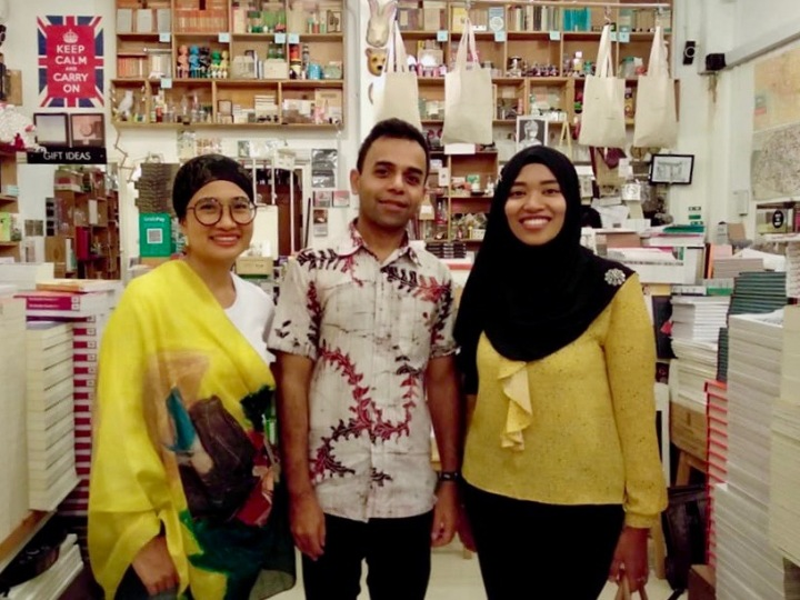 L to R : Okky Madasari (author), Shivaji Das (author), Windu Lestari (moderator)